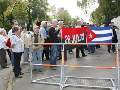 """Keine Chance für Kontras: die Freunde Kubas """"verteidigen"""" die Botschaft Kubas"""