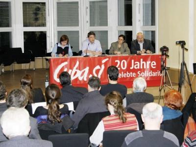 Michael Leutert (2. v. l.) und Tania Vázquez (3. v. l.) beleuchten die deutsch-kubanischen Beziehungen