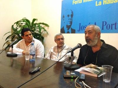 Padura auf der Buchmesse in Havanna