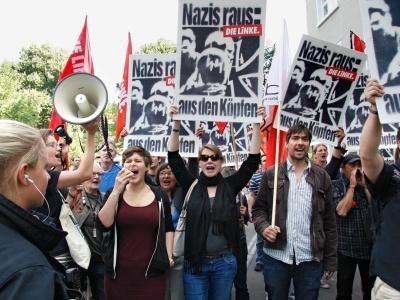 """""""Nazis raus"""" und """"Haut ab!"""" riefen die Demonstranten vor dem Karl-Liebknecht-Hau"""