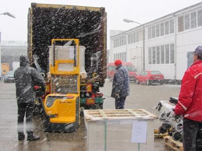 Containerbeladung im Schnee