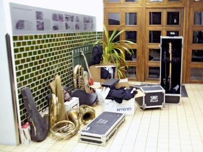 Gespendete Instrumente im Eingangsbereich des Karl-Liebknecht-Hauses
