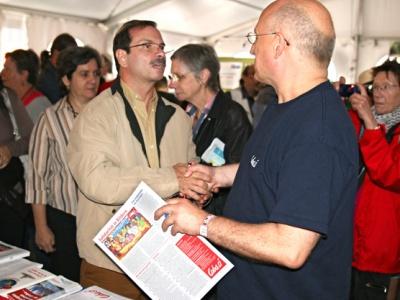 """Fernando González am Cuba Sí-Stand im """"Che-Presente-Zelt"""" auf der Manifiesta."""