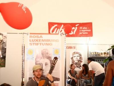 Blick auf den Messestand von Cuba Sí und Rosa-Luxemburg-Stiftung