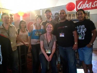 Stand aufgebaut: Die Delegation von Cuba- Sí, Vertreterinnen der Rosa-Luxemburg-Stiftung und kubanische Freunde nach getaner Arbeit