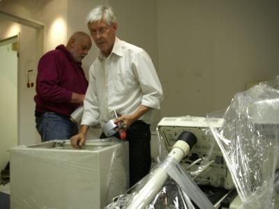 Cuba Sí-Mitstreiter beim Verpacken der Praxiseinrichtung