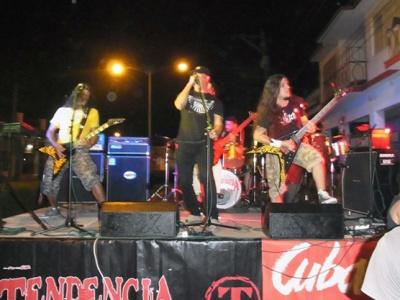 """Kiko (li.), Leiter des Cuba Sí-Kulturprojekts """"K-100"""" und selbst Musiker der Metalband """"Tendencia"""", bei einem Auftritt in seiner Heimatstadt Pinar del Río"""