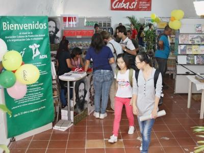 Der Infostand von Cuba Sí auf der Buchmesse in Havanna