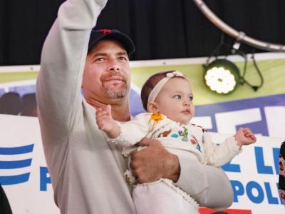 """Gerardo Hernández von den Cuban Five mit Töchterchen Gema im Che-Presente-Zelt auf der """"Manifiesta"""""""