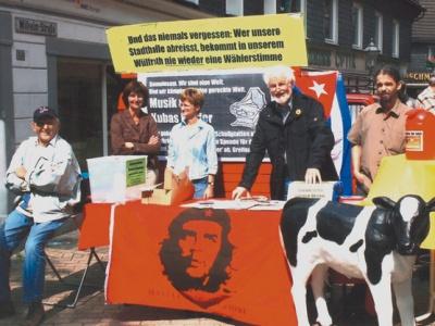 """Regelmäßig sammelt Klaus H. Jann (2.v.r.) Spenden für die Cuba Sí-Kampagne """"Milch für Kubas Kinder"""" - oft mit ungewöhnlichen Wettideen"""