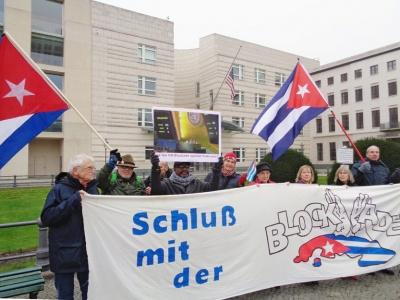 Schluss mit der US-Blockade! Kundgebung vor der US-Botschaft in Berlin.