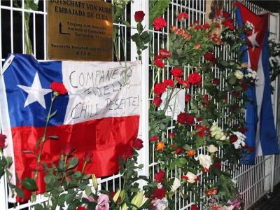 Blumen für Fidel vor der kubanischen Botschaft in Berlin