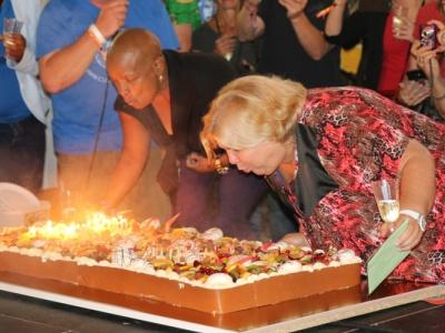 90 Jahre Fidel: Aleida Guevara (rechts) und die kubanische Botschafterin in Belgien, Norma Goicoches Estenoz, pusten die Kerzen auf der riesigen Geburtstagstorte aus.