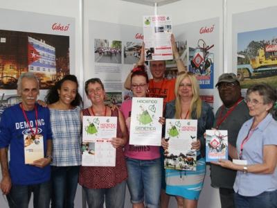 Mitglieder der Cuba Sí -Delegation und von ACPA präsentieren die neuen Lehrbücher am Messestand