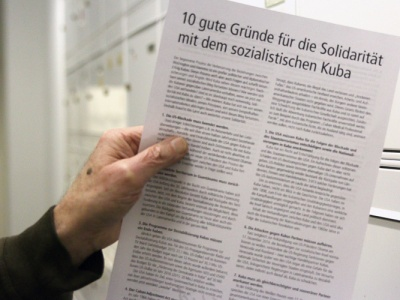 Cuba Sí bei der Steckaktion in Berliner Briefkästen