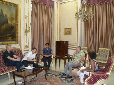 Im Gespräch mit Elio Gámez, dem Vizepräsidenten des Kubanischen Instituts für Völkerfreundschaft (ICAP), (v.l.:Flo, David, Yodier Cabrera Rosales, Elio Gámez, Edna)