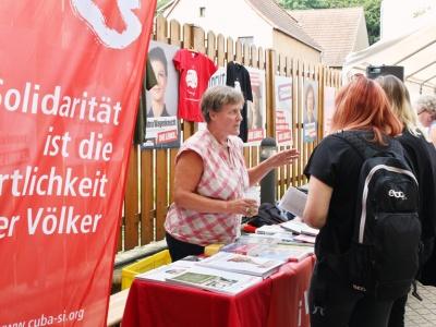 Interessierte Besucher am Cuba Sí-Stand beim Altstadtsommer in Bad Belzig