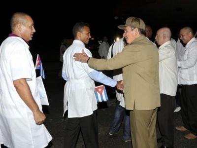 Ex-Präsident Castro verabschiedet Ärzte, die in Afrika gegen Ebola kämpften.