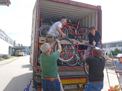 Gleich geschafft: Insgesamt 116 Fahrräder fanden Platz im Container.