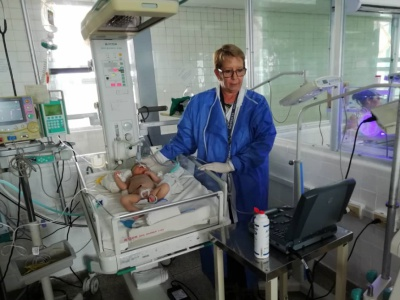 """Havanna, 29. Oktober 2019, Intensivstation der Geburtsklinik """"Ramón González Coro"""", Untersuchung eines Neugeborenen mit einem Ultraschallgerät, das """"Cuba Sí"""" aus Spendenmitteln nach Kuba schicken konnte. Foto: Cuba Sí"""