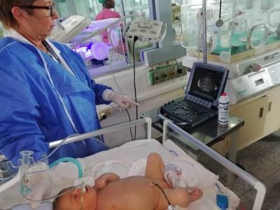"""Havanna, 29. Oktober 2019, Intensivstation der Geburtsklinik """"Ramón González Coro"""", Untersuchung eines Neugeborenen mit einem Ultraschallgerät, das von der Kuba-Solidaritätsorganisation """"Cuba Sí"""" in Deutschland gespendet wurde"""