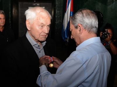 Hans Modrow erhält den Orden für Solidarität in Kuba.