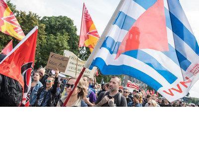 VVN-BdA-Fahne beim Protest gegen einen Nazi-Gedenkaufmarsch am 19. August 2017 in Berlin, Foto Christian-Ditsch.de
