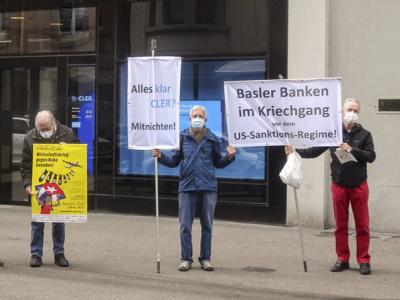 Aktivisten protestieren vor der Bank Cler gegen das Verbot von Überweisungen an Kuba-Solidaritätsorganisationen (Basel, 27.10.2020), Foto: Asociacion Suiza-Cuba