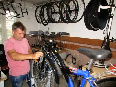 Dan Radtke vom Frankfurter Radsportclub 90 e.V. bei der Prüfung eines Rades. Er war Teilnehmer und Zweitplatzierter bei einer Cuba-Rundfahrt in den 1980er Jahren. Foto: Wolfgang Frotscher