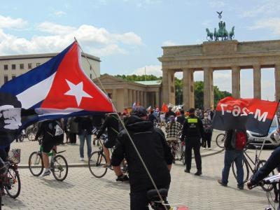 Solidarität mit Kuba! Die Forderung nach einem Ende der US-Blockade wurde am internationalen Aktionstag am 29. Mai 2021 erneut bekräftigt, wie hier in Berlin bei einer Fahrraddemo.
