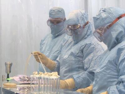 Die Unternehmensgruppe BioCubaFarma passt ihre Kapazitäten an, um die Impfung in den kommenden Wochen auf mehr als 150.000 Menschen auszudehnen. Dies wird Teil des Weges zur Massenimmunisierung sein, während die klinische Studie mit Soberana 02 auch bei Kindern beginnen wird. (Text: Granma Internationat, 22.12.2021;Foto: Gramna/BioCubaFarma)