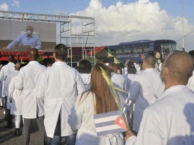 Der Präsident der Republik begrüßte die Medizinische Brigade, die in Aserbaidschan mitgearbeitet hat. Foto: Granma/Ismael Batista