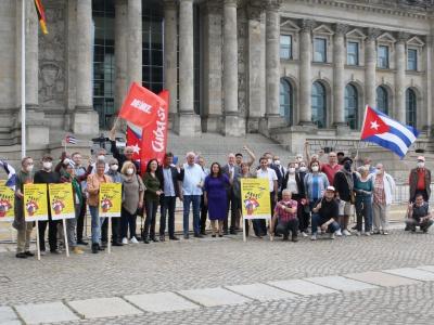 Mehrere Abgeordnete der Linksfraktion im Bundestag unterstützten die Cuba sí-Kundgebung vor dem Reichstag am 24.6.2021