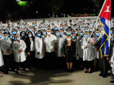 Die kubanische medizinische Brigade Henry Reeve konzentriert sich derzeit auf die Solidaritätshilfe für jedes Land, das Unterstützung im Kampf gegen COVID-19 benötigt, und feiert ihr 15-jähriges Bestehen, eine Zeitspanne, in der sie in verschiedenen Teilen der Welt Hilfsaktionen nach Katastrophen initiiert hat. Foto: Granma/Endrys Correa Vaillant