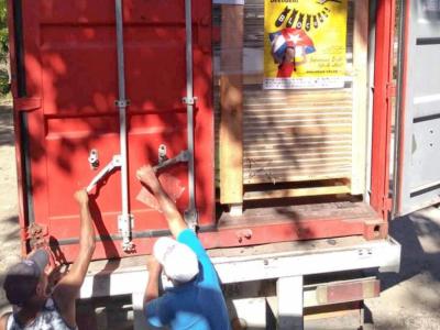 Soli-Container wird geöffnet, Foto: Cuba Sí/ACPA Guantánamo
