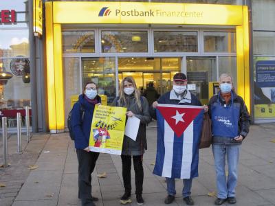 """Im Rahmen der Protestaktion """"UnblockCuba"""" wurde der Postbankfiliale Chemnitz am 25. November 2020 ein Protestschreiben wegen der Verweigerung von internationalen und innereuropäischen Zahlungsaufträgen mit Bezug auf die Republik Kuba von Chemnitzer Cuba Sí-Aktivisten übergeben! Foto: Cuba Sí Chemnitz/Albrecht Geißler"""
