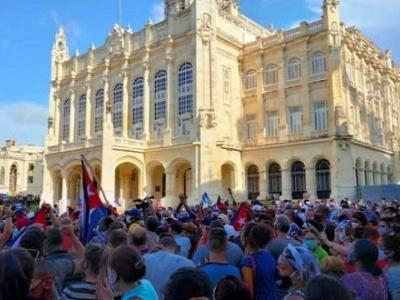 Tausende Menschen versammelten sich in Havanna und anderen Orten, um sich zu ihrer Regierung, ihrem Land und dessen Gesellschaftsordnung zu bekennen. Westliche Medien schweigen dazu. Foto: cubadebate