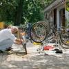 Mit Hilfe unserer fleißigen ehrenamtlichen Helfer können jedes Jahr viele Fahrräder für den Transport nach Kuba fit gemacht werden.