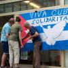 Die anwesenden Freund*innen der Cuba sí-Regionalgruppe Gera demonstrieren ihre Solidarität mit Kuba. Foto: Gabriele Senft
