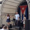 Der kubanische Botschafter Ramón Ripoll übergibt Cuba sí-Koordinatorin Miriam Näther die Freundschaftsmedaille des ICAP. Foto: Cuba sí