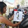 Kubanische Karikaturisten porträtieren die Messebesucher.
