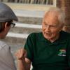 Der Vorsitzende des Ältestenrats der LINKEN, Hans Modrow, im Gespräch mit einem Mitstreiter aus der Cuba sí-Regionalgruppe Schwerin. Foto: Gabriele Senft