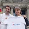 """MdB Heike Hänsel mit Cuba sí-Koordinator Steffen Niese und dem Logo des kubanischen Imnpfstoffs """"Soberana""""."""