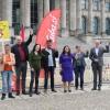 Die Abgeordneten der Fraktion DIE LINKE im Bundestag unterstützen die Aktion Unblock Cuba für ein Ende der US-Blockade gegen Kuba: Kathrin Vogler, Andrej Hunko, Eva-Maria Schreiber, Diether Dehm, Sevim Dagdelen, Heike Hänsel und Jörg Cezanne (v.l.n.r.).