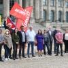 Die Abgeordneten der Linksfraktion mit Angehörigen der Botschaft der Republik Kuba in Deutschland vor dem Reichstag.