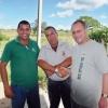 Die enge Zusammenarbeit  mit unserer Partnerorganisation ACPA und den kubanischen Projektmitarbeitern ist grundlegend für unsere Arbeit. Projektleiter Reinol und Reiner Thiele reichen sich die Hände im Milchprojekt Sancti Spíritus.