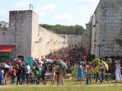 Hunderte Gaeste kommen nach zehn Uhr vormittags auf die Messe.