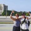 Lucie (Interbrigadas) und Flo (Cuba Sí) auf dem Platz der Revolution in Havanna
