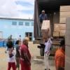 Verantwortliche der Provinzregierung Mayabeque beim Ausladen von Kartons mit Mat