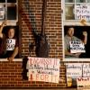 Aktivisten verteidigen die venezolanische Botschaft in Washington
